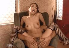 Aziatische MILF in lingerie kan lekker neuken!