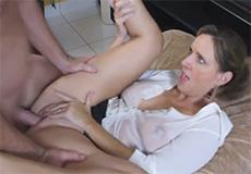 Stiefzoon neukt met zijn mooie stiefmoeder