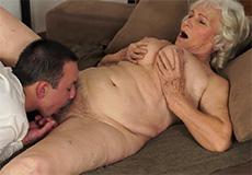 Oma laat zich lekker beffen en neuken!