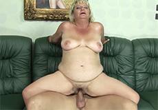 Oma wordt hard in haar dikke kut geneukt!