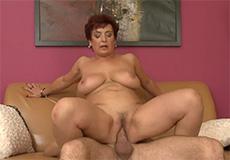 Oma verleid jonge knul met haar dikke tieten!