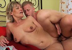 Jonge kerel heeft hete seks met oma