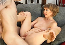 Geile oma heeft seks met haar buurjongen!