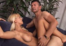 Oudere man geniet van een blonde tiener