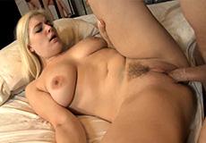 Blonde tienermeid neukt met haar baas