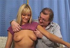 Oude man neukt een geile blonde tiener