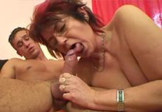 Kinky oma doet lekker pijpen en neuken!