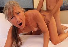 Oma wordt snoeihard geneukt door een jonge knul!