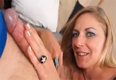 Blonde MILF doet haar stiefzoon aftrekken!