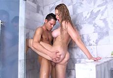Tiener met dikke tieten neuken in de badkamer