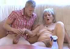 Jonge knul neukt lelijke oma lekker hard